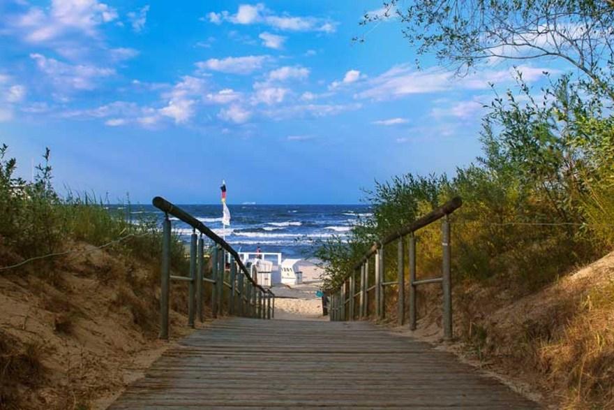 Usedom - FKK Strand an der Ostsee mit Warnschilder